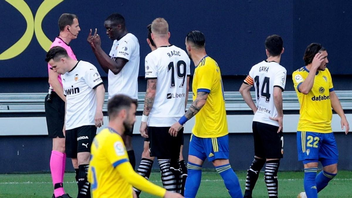 El València abandona el partit davant el Cadis per insults racistes