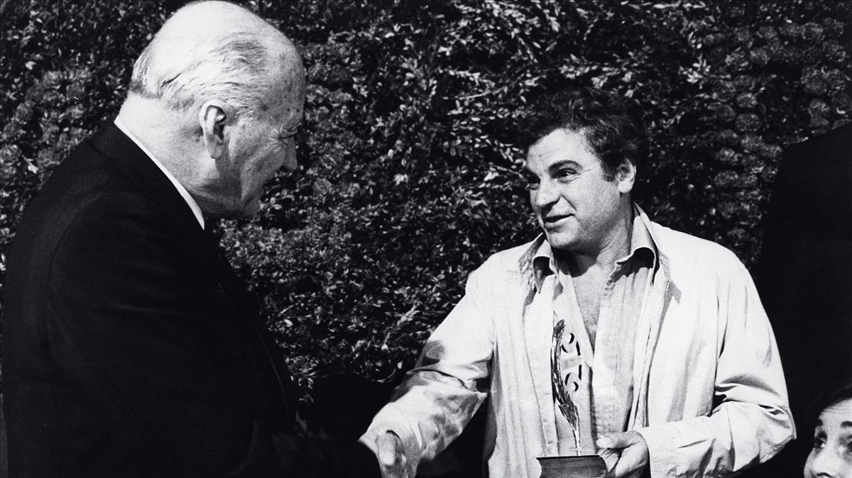 Juan Marsé estrecha la mano de Josep Tarradellas tras ganar el Premio Planeta de 1978 con 'La muchacha de las bragas de oro'.