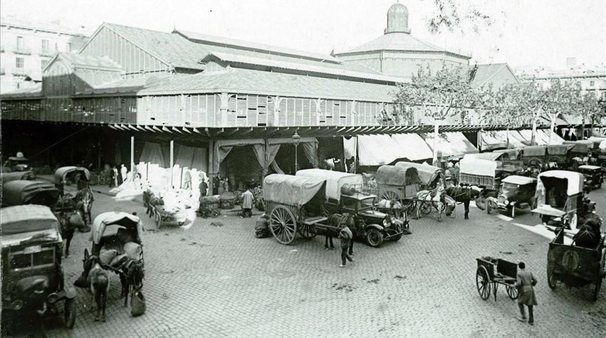 Carretas, caballos y coches, delante del Mercat del Born, en 1920.