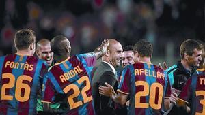 Los jugadores del Barça hacen el pasillo a los técnicos, anoche, al término del partido ante el Deportivo.