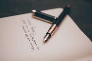 Papel, pluma y unos versos.