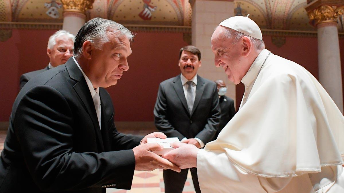 El papa se reúne con Viktor Orbán (ambos en la foto) y el presidente húngaro en su visita a Budapest.