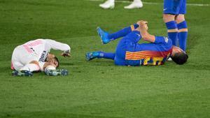 Lucas Vázquez (i) se duele en el suelo tras el choque con el Busquets en el que se lesionó.