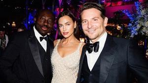 Irina Shayk y Bradley Cooper posando junto con el editor jefe de Vogue, Edward Enninful, en la fiesta post Premios Bafta