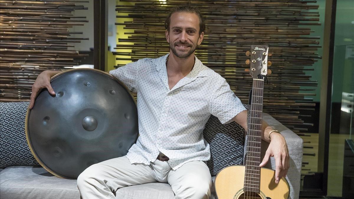 Ravi Ramoneda (Ravi Ram de nombre artístico), en un reciento concierto de kirtan en Barcelona.