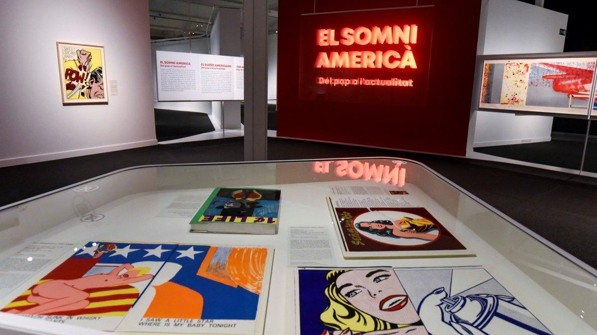 Entrada a la exposición, con los cómics en primer plano.
