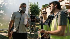 Toño López (izquierda) da instrucciones a los actores en una pausa del rodaje.