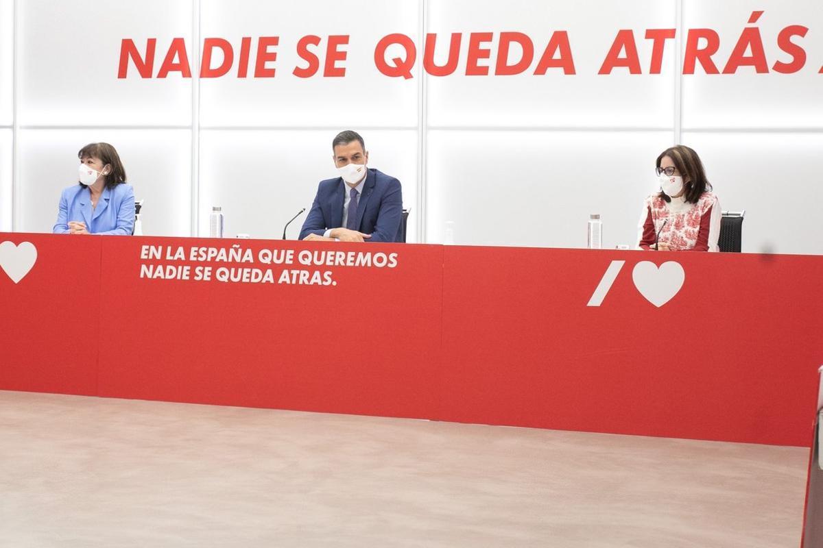 MADRID, 28/09/2020.- El secretario general del PSOE, Pedro Sánchez, junto a la presidenta, Cristina Narbona (i), y la portavoz socialista, Adriana Lastra, durante la reunión que la Ejecutiva Federal del partido ha celebradado este lunes en la sede de la calle Ferraz, en Madrid. EFE/PSOE/Eva Ercolanese *****SÓLO USO EDITORIAL // NO VENTAS // NO ARCHIVO*****