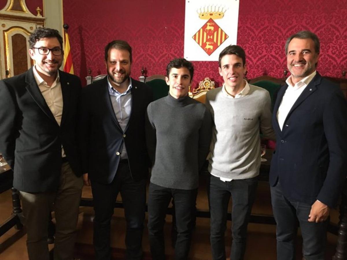 Gerard Figueras, segundo a la izquierda, con los hermanos Marc y Àlex Márquez, el sábado 9 de noviembre, en Cervera.
