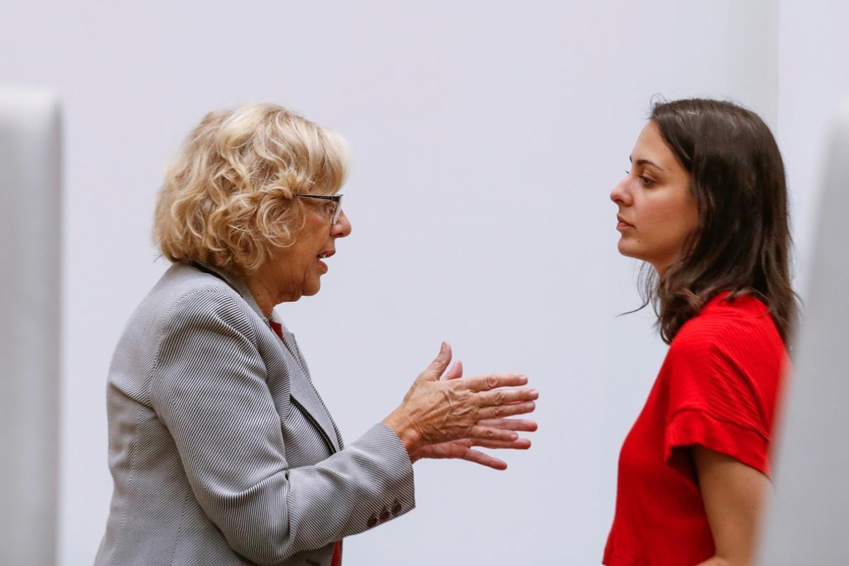 La alcaldesa de MadridManuela Carmena conversa con Rita Maestre al inicio de la sesión ordinaria del Pleno.