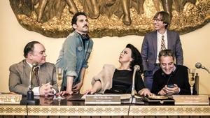 Paco León (de pie, a la izquierda), durante la presentación del rodaje de la serie 'Arde Madrid'.