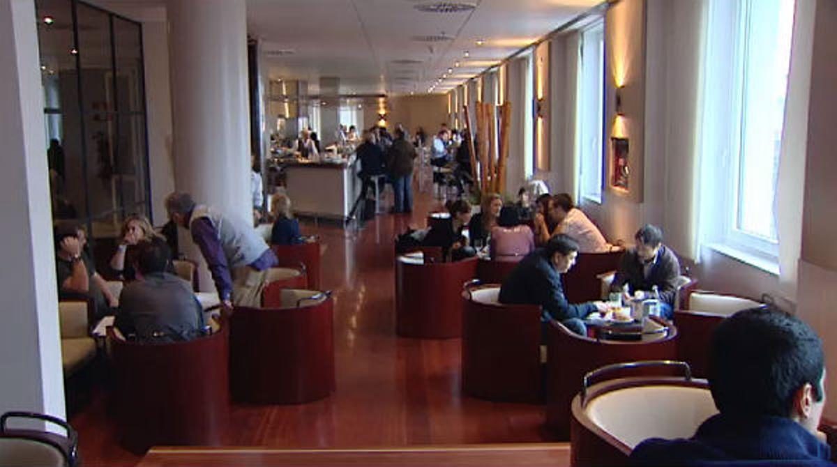 La cafetería acoge diariamente a unas 1200 personas, de las que solo 350 son diputados.