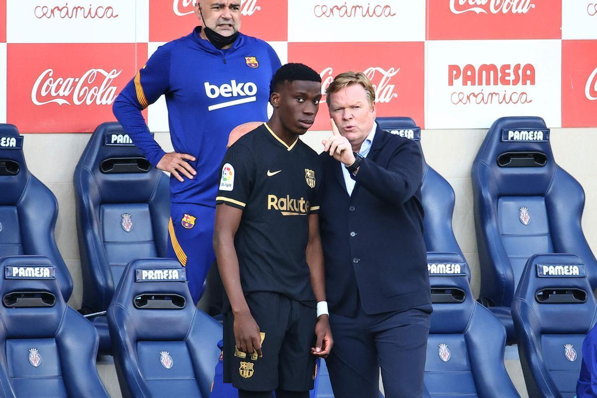 Koeman da instrucciones a Ilaix Moriba ante de salir en la segunda parte ante el Villarreal.