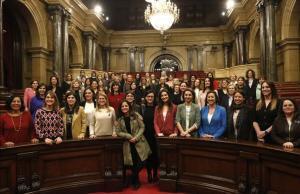 Las diputadas del Parlament de la XII legislatura posan en el hemiciclo.