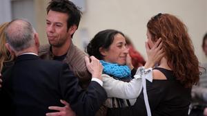 Los padres de Gabriel, consolados durante la capilla ardiente del pequeño.