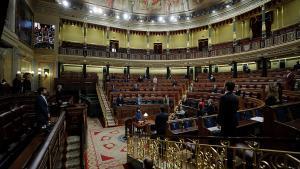 Miembros del Gobierno y diputados guardan un minuto de silencio por las víctimas del coronavirus, el 29 de abril en el Congreso.