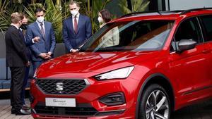 El rey Felipe VI junto al presidente del GobiernoPedro Sanchez (3i)el presidente del Grupo VolkswagenHerbert Diess (2i)el presidente de SEAT y CUPRAWayne Griffiths (i)y la ministra de IndustriaReyes Maroto (d)durante la visita que realizan este viernes a la fabrica de SEAT en Martorell (Barcelona).