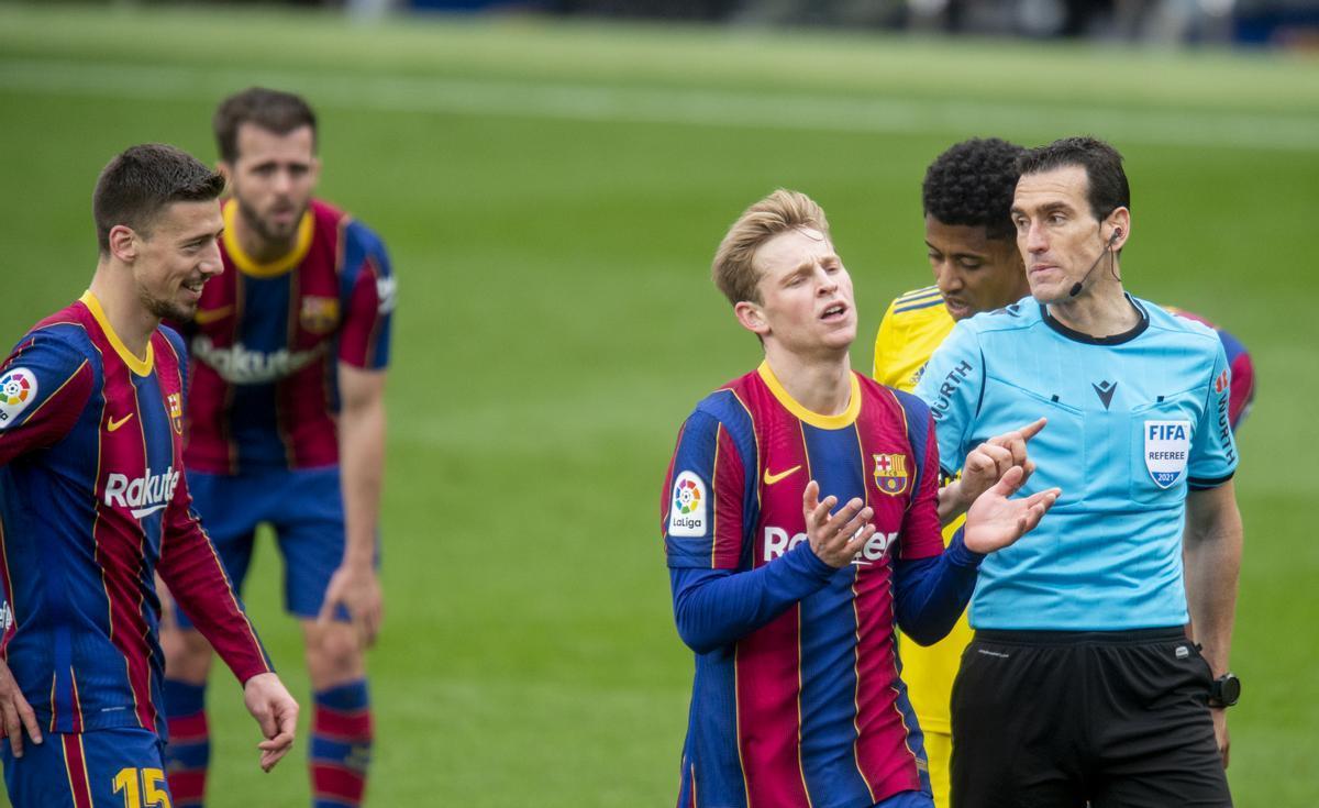 Lenglet y De Jong se quejan a Martínez Munuera del penalti que señaló ante el Cádiz en el Camp Nou.