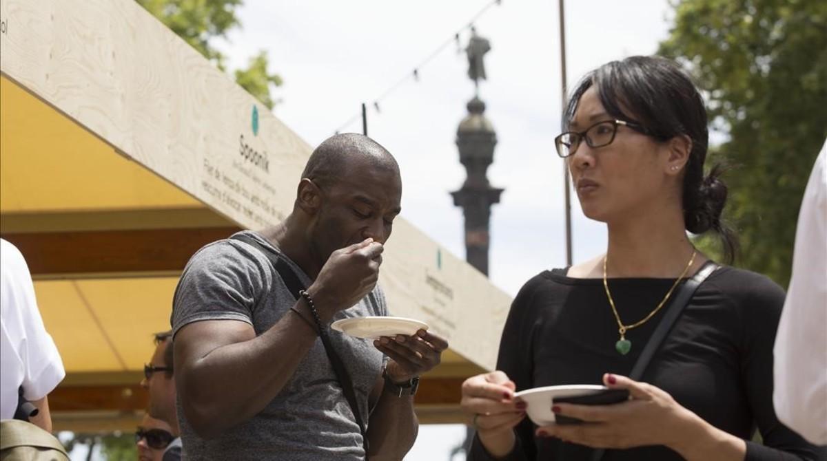Dos visitantes prueban platillos de Tast a la Rambla de Barcelona, en una edición anterior del encuentro gastronómico.