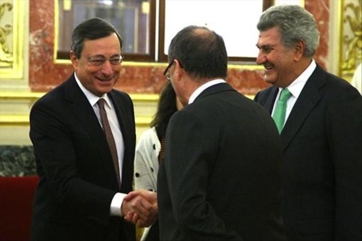 El presidente del BCE, Mario Draghi, saluda al gobernador del Banco de España, Luis María Linde.