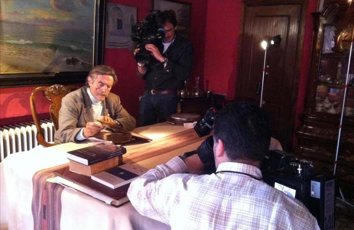 Un momento de la grabación del 'Crónicas' dedicado a Miguel de la Quadra-Salcedo, que emite La 2