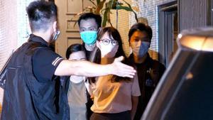 Momento de la detención, este lunes, de la activista prodemocracia hongkonesa Agnes Chow.