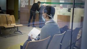 Una persona espera con mascarilla en las urgencias del Hospital Clínic.