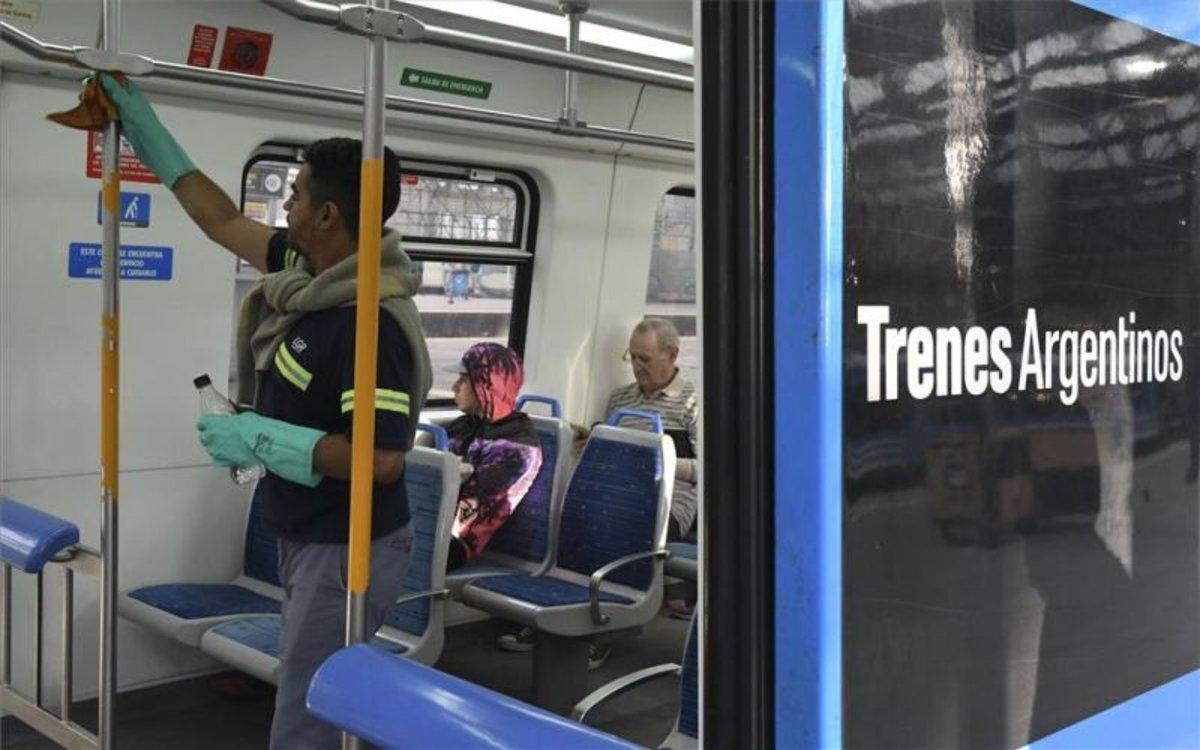 Trabajos de limpieza en los trenes de Argentina por coronavirus.