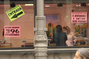 Dos mujeres hablan dentro del Mercado Central de Zaragoza durante el tercer día laborable del estado de alarma por coronavirus, en Zaragoza, Aragón (España), a 18 de marzo de 2020.