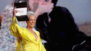 Jamie Lee Curtis anuncia el premio a Jodie Foster como mejor actriz de reparto por 'The Mauritanian'.