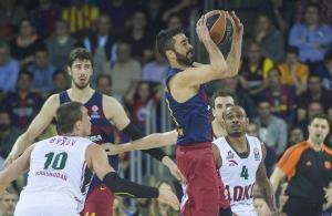 Juan CarlosNavarro trata de pasar el balón ante Draper, durante el cuarto partido de los cuartos de final de la Euroliga de baloncesto entre el FC Barcelona y el Lokomotiv.