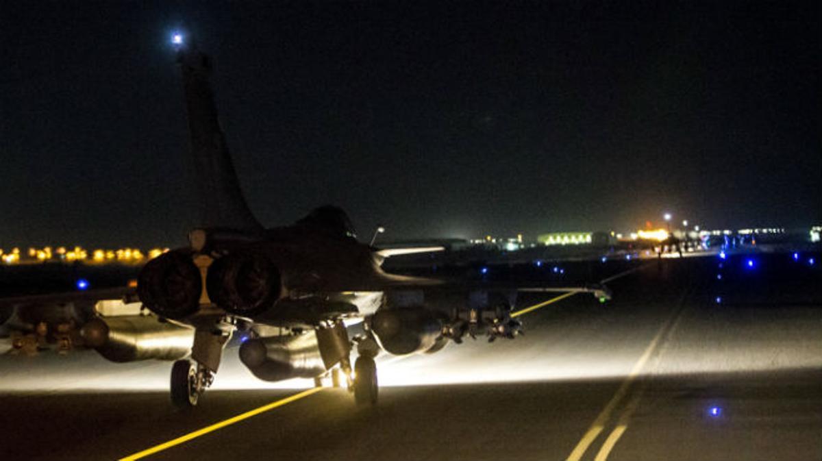 Francia bombardea posiciones del Estado Islámico en Raqqa.