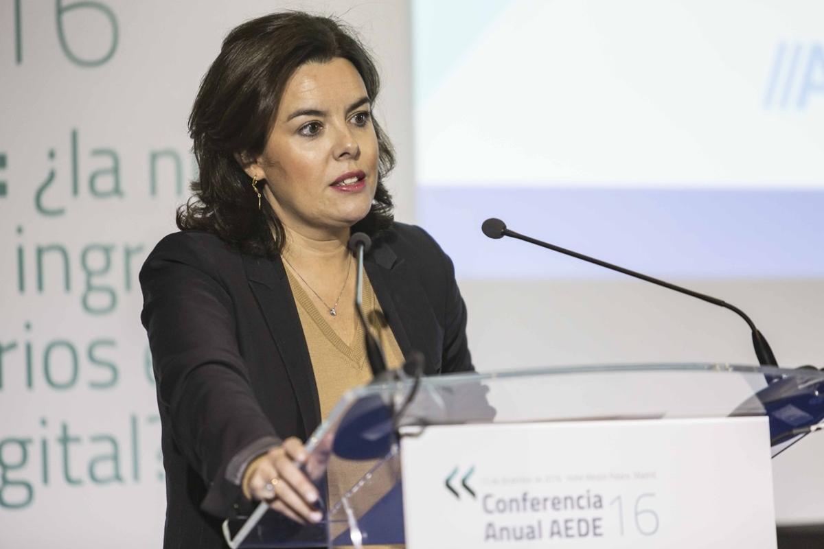Soraya Sáenz de Santamaría en la conferencia anual de la AEDE.