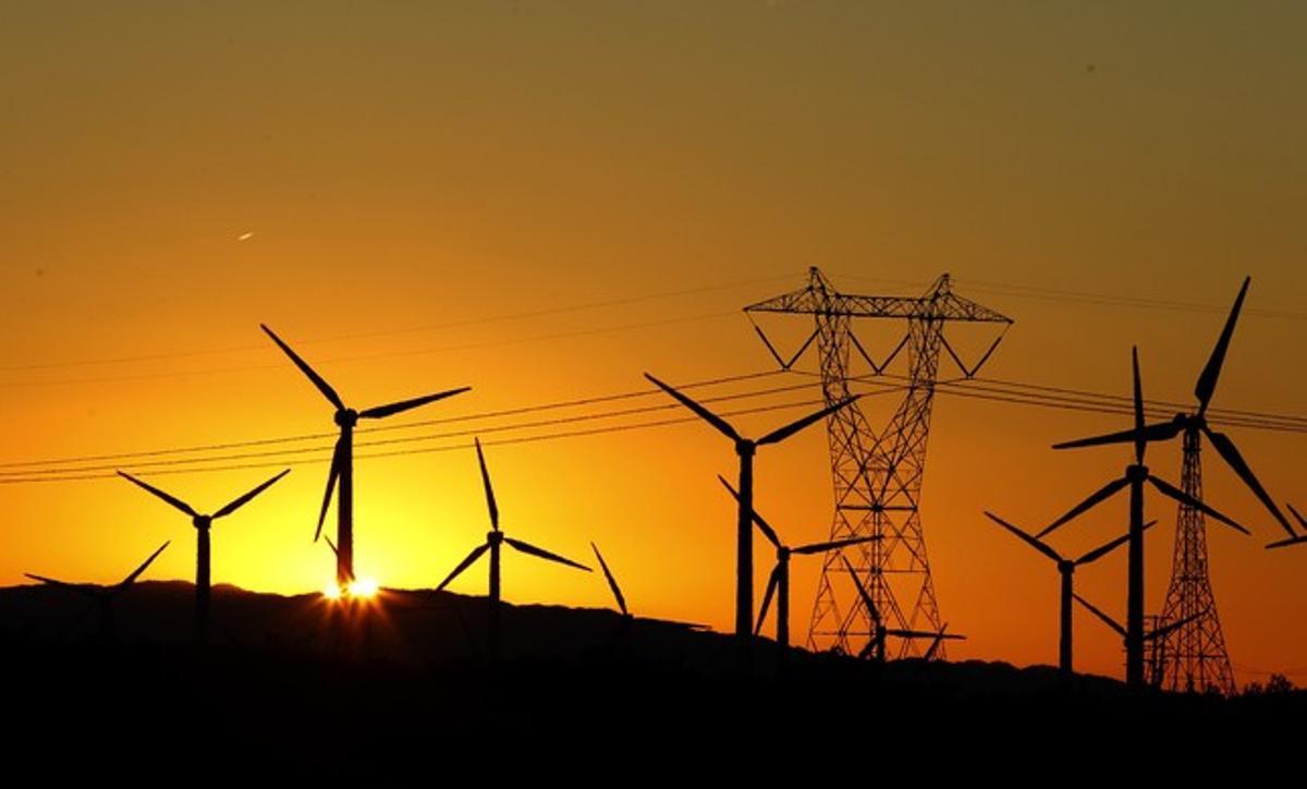 Torre eléctrica y molinos de energía eólica.