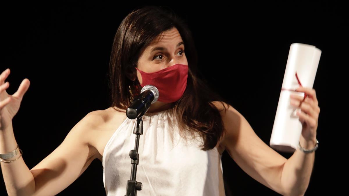 Carlota Subiros, directora de 'El  quadern daurat' agradece lso galardones al montaje en los Premios de la Crítica, en la gala celebrada en La Villarroel.