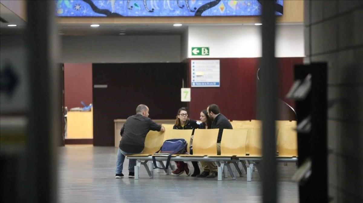 Los regidores de Badalona atienden a los ciudadanos en el interior del consistorio, a pesar de la prohibición del juez a abrir las oficinas municipales.