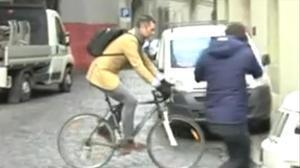 Iñaki Urdangarin sale de su casa en bicicleta. Ginebra,miércoles, 22 de febrero.