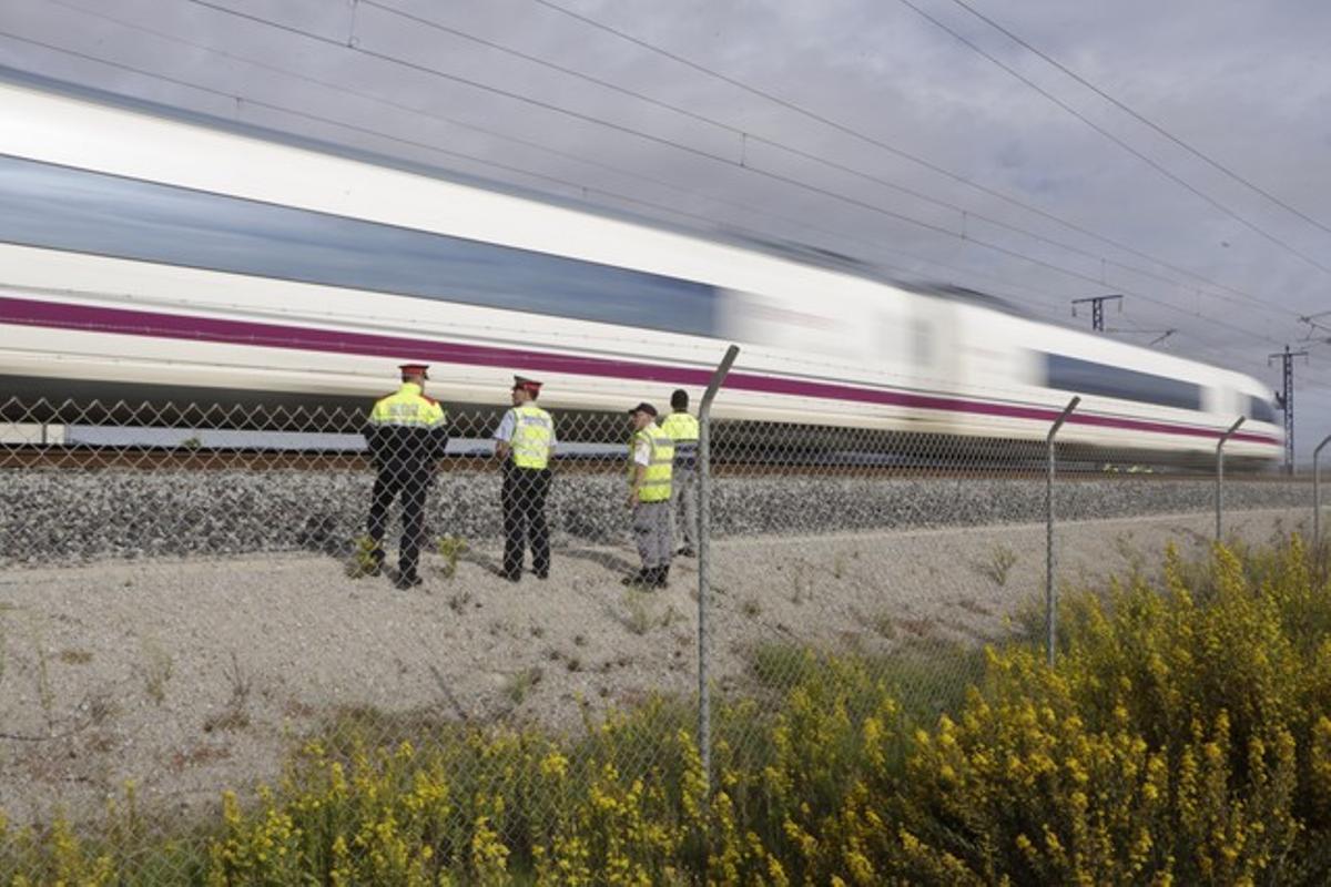Mossos d'Esquadra en el punto kilométrico 570 de la línea de alta de velocidad Barcelona-Madrid, donde se ha producido la avería.