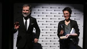 Eva Baltasar, tras recibir el Premi Òmnium de manos del presidente de la entidad cultural, Jordi Cuixart.