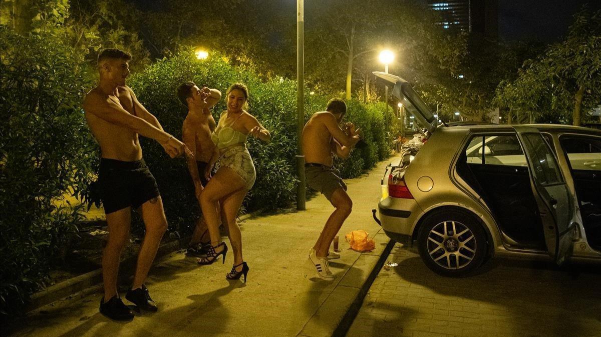 Una nit de 'botellon' a la Barcelona de les restriccions per la Covid-19