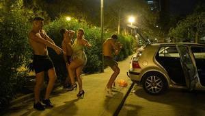 Pasadas las tres de la madrugada, cuatro jóvenes siguen con su fiesta improvisada en Barcelona.