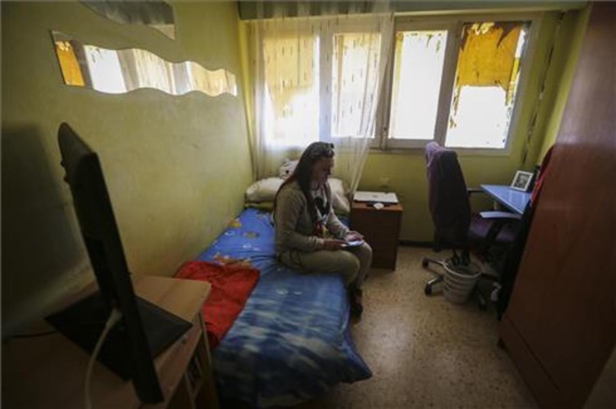 Isabel, la madre de Caroline del Valle, en la habitación de su hija.