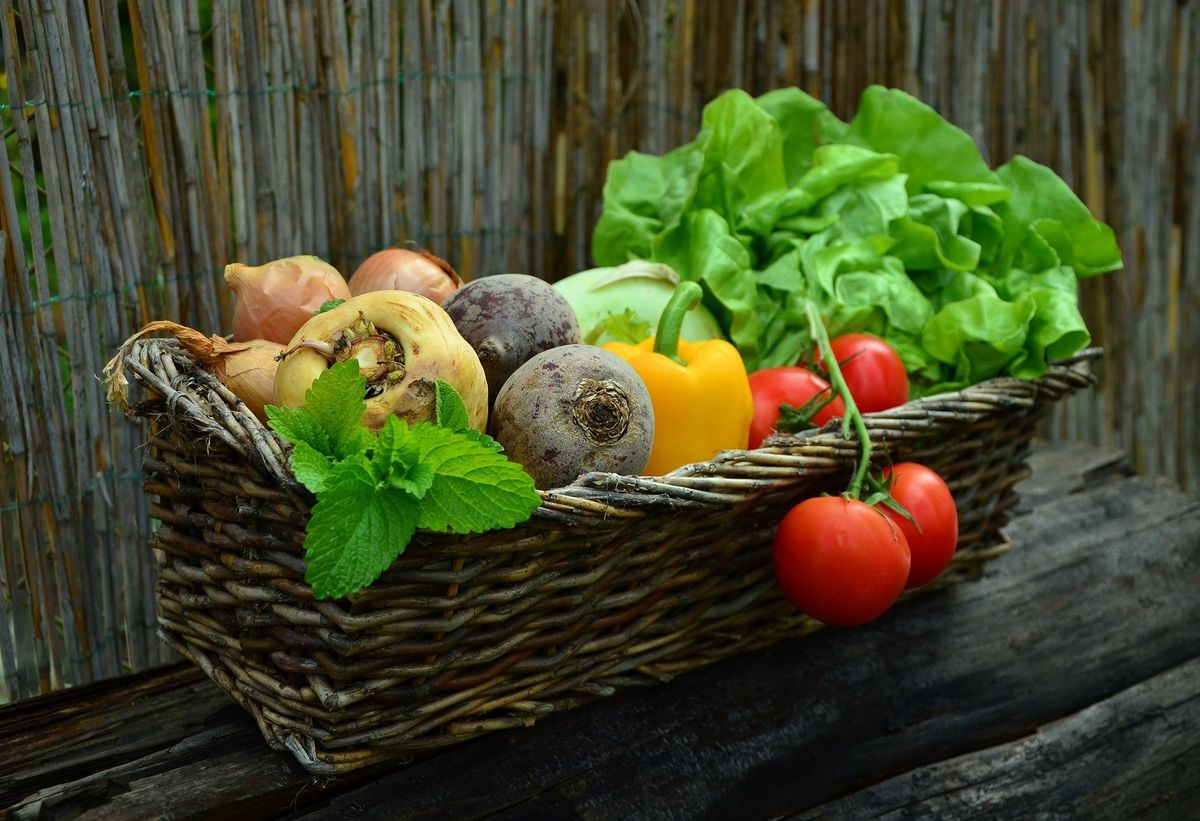 Una cesta de vegetales.