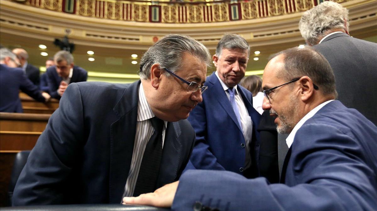 El ministro del Interior, José Ignacio Zoido, conversa este miércoles con el diputado del PDECat Carles Campuzano.