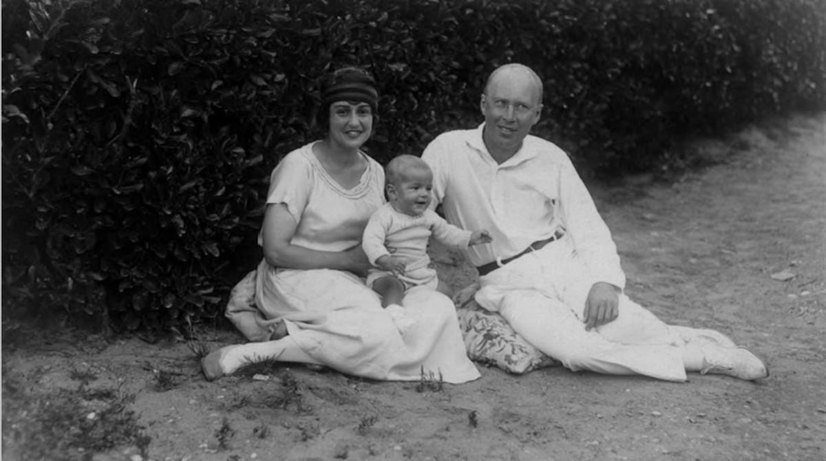 Lina Llubera y Serguéi Prokofiev con el hijo de ambos, Sviatoslav, en Francia, en 1924. Foto publicada en el libro 'Una española en el gulag', de Valentina Chemberdji.
