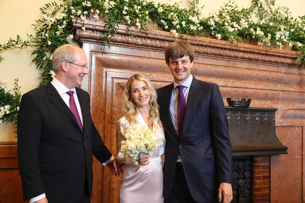 Ernesto Augusto Jr. y Ekaterina Malysheva,junto al alcaldeStefan Schosto,tras contraer matrimonio.