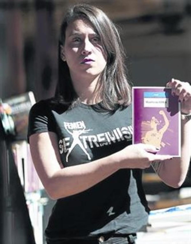 La líder de Femen, Lara Alcázar, en Pamplona, donde presentó el manifiesto.
