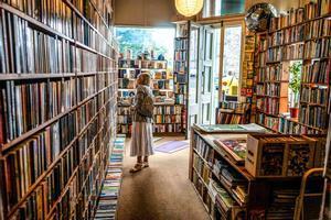 Una mujer ojea las estanterías de una librería