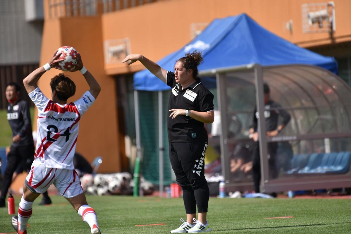 La entrenadora española Milagros Martínez dirige un partido del Suzuka japonés.