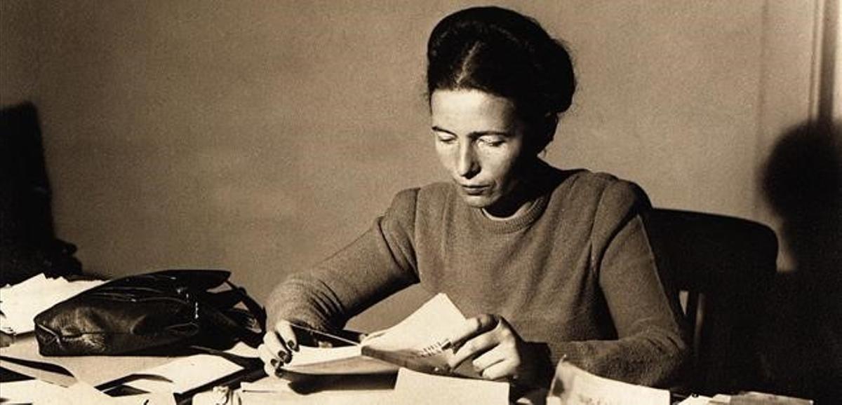 Simone de Beauvoir, en su despacho en noviembre de 1945.